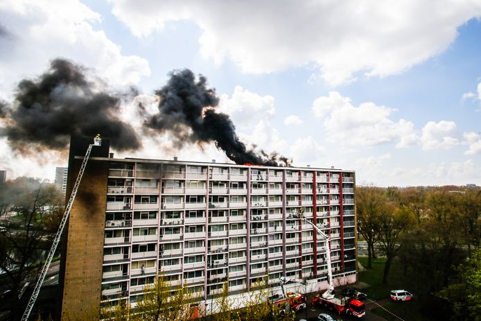 Op de bovenste verdieping van een flat aan de Kapteynweg woedde een brand.