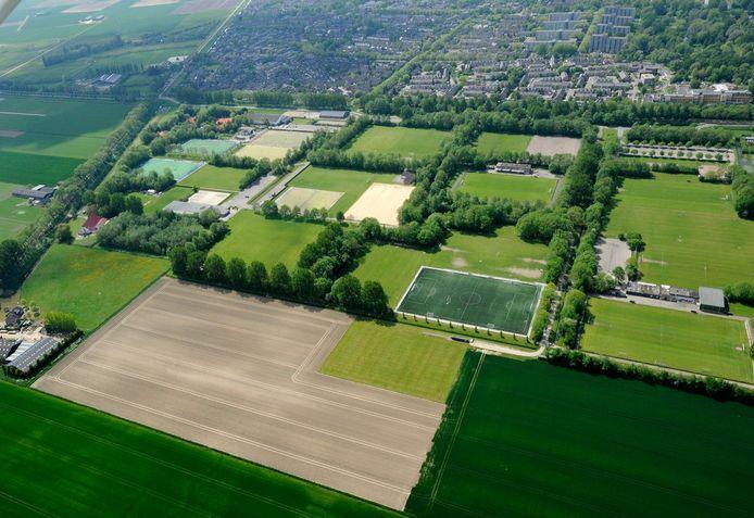 Het sportpark aan de Schenkeldijk, gezien vanuit de lucht.