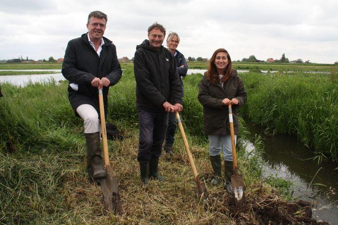 Wim Destoop van Pepsico, Bart Vangansbeke van Natuurpunt en minister Zuhal Demir met op de achtergrond Guido Vandenbroucke, conservator van De Blankaart.
