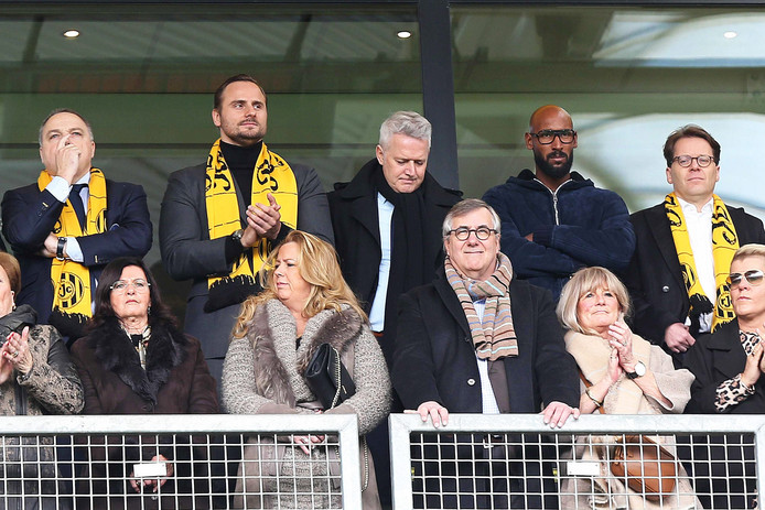 Wim Collard, Aleksei Korotajev, Ton Caanen, en Nicolas Anelka (vlnr) op de tribune bij Roda JC.