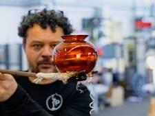 Niet één, maar vier Oranjevaasjes dit jaar: ook prinses Amalia krijgt eigen vaasje van glasblazer Lopulalan
