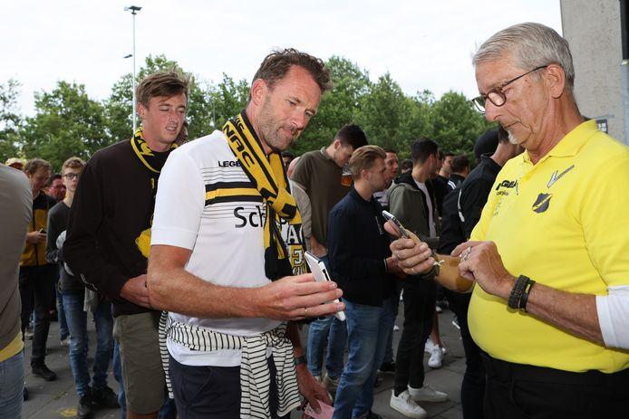 NAC-supporters moeten zowel hun seizoenskaart als hun coronatestbewijs laten controleren.