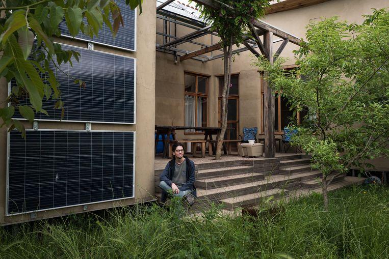 Over elk detail is uit het oogpunt van duurzaamheid nagedacht bij de boerderij van de Ertems in het dorp Küçükyoncali.  Een van de zoons zit op de trap van de veranda. Beeld Nicola Zolin