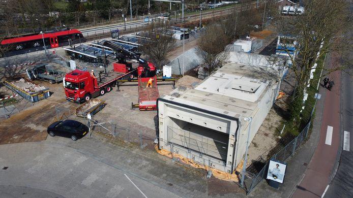 Er wordt inmiddels weer gewerkt op het bouwterrein van Ballast Nedam bij station Gorinchem. De reizigerstunnel op de voorgrond ligt er al sinds oktober 2019.
