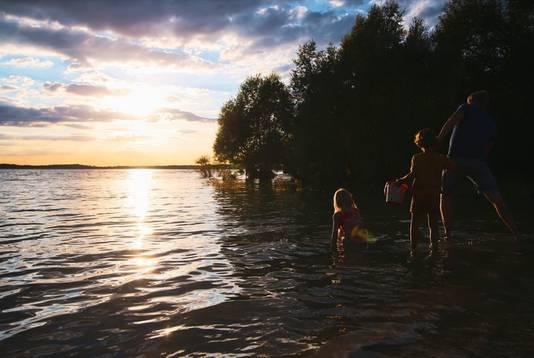 Steentjes keilen in het meer van Lac d'Orient bij  een temperatuur van 30 graden.