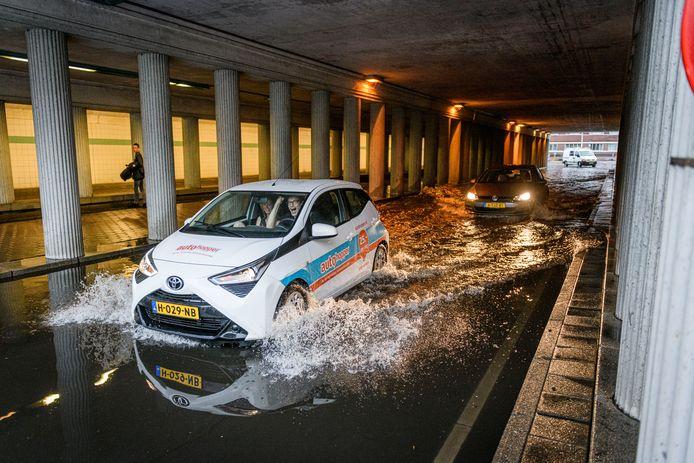 Wateroverlast in een tunnel nabij het station in Hengelo na flinke regenbuien, 14 juni vorig jaar .