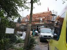 Bouwvakker valt van steiger in Eemnes, met onbekend letsel naar het ziekenhuis