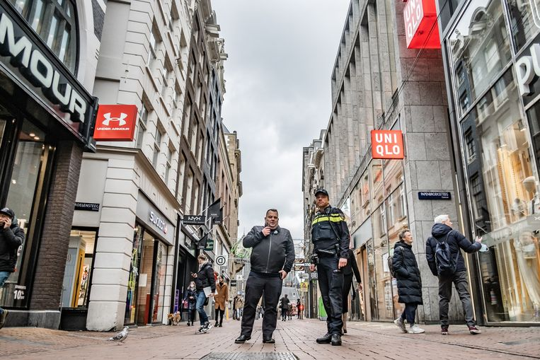 Crowdmanagementambtenaren, handhavers en politieagenten worden dit weekend ingezet om de drukte in de Kalverstraat en op de Nieuwendijk toom te houden.   Beeld Joris Van Gennip