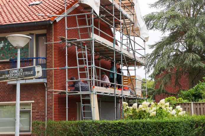 Bouwvakkers aan het werk in de wijk 't Ven in Eindhoven voor corporatie 'Thuis.