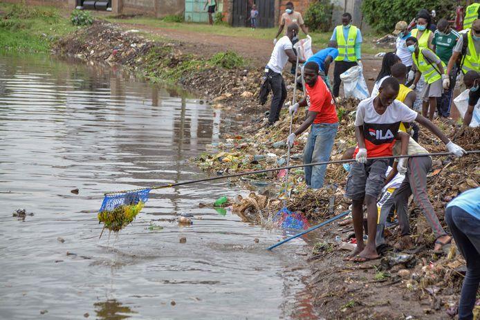 Niet alleen in Nederland, ook in heel veel andere landen werd vandaag zwerfafval opgeruimd. Zoals hier in Kenia.