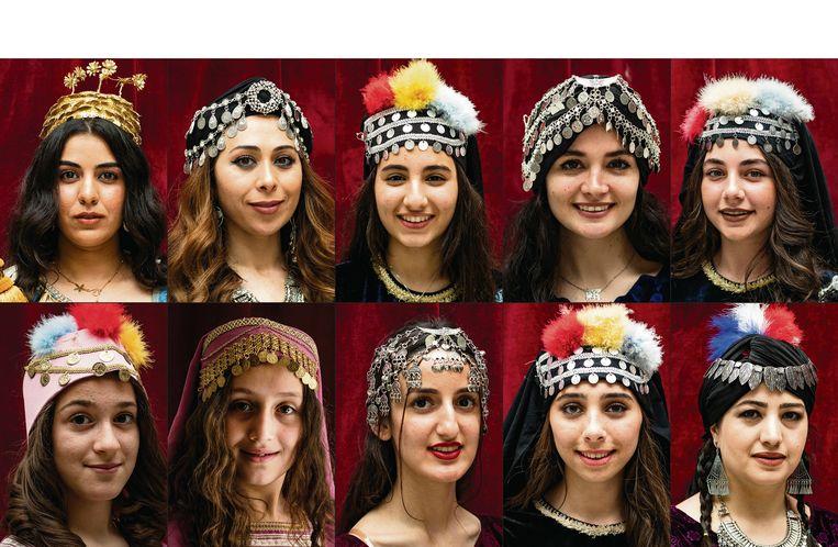 Kahtanieh, een stadje in noord-oost Syrië, viert akitu. Vrouwen hullen zich in traditionele dracht en luiden zo het Assyrische nieuwjaar in. Het feest heeft zijn wortels in het oude Mesopotamië, toen akitu werd gevierd op de dag dat het zaaien van gerst begon, en daarmee het nieuwe leven én het nieuwe jaar.  Beeld AFP