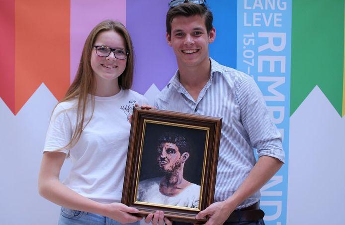 Kirsten Makkink uit Ermelo en haar broer Tristan tonen het schilderij Mysterieus ogen-blik, dat komt te hangen in de expositie Lang Leve Rembrandt in het Rijksmuseum