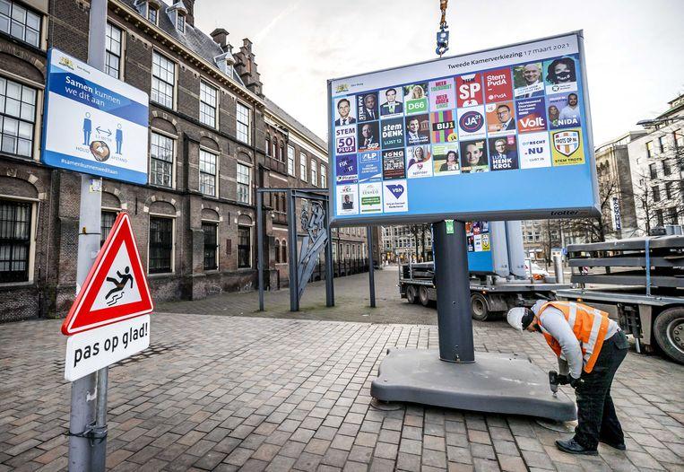 Een offline campagnebord op het Buitenhof in Den Haag. Beeld ANP