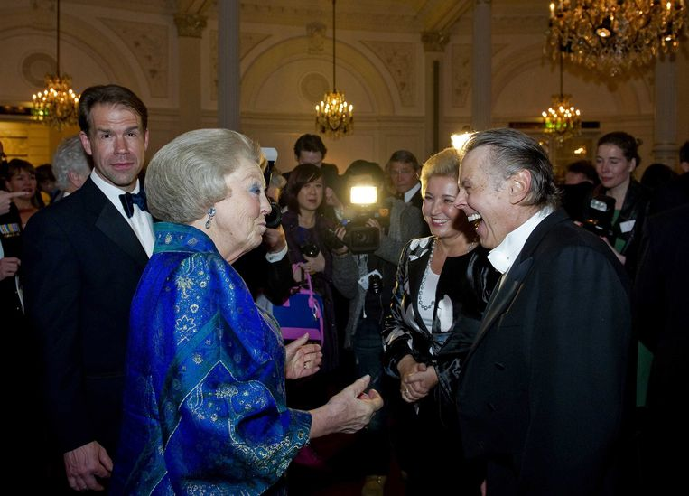epa03657258 Dutch Queen Beatrix meets choir master Mariss Jansons (R) from Latvia and Bariton singer Thomas Hampson (L) from the USA while attending the 125-year jubilee of the Concertgebouw concert hall and Concertgebouw Orchestra in Amsterdam, The Netherlands, 10 April 2013.  EPA/ROBIN VAN LONKHUIJSEN Beeld EPA