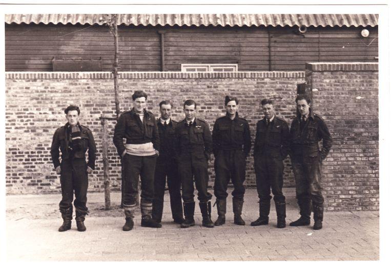 De gevangengenomen bemanning van de Short Stirling W7471 op Vliegbasis Leeuwarden. Van links naar rechts: Sergeant Jack Arnold, Sergeant S.J. ('Mac') MacNamara, Wireless Operator/Air Gunner Pilot Officer John Travis, piloot Warant Officer N.L. ('Buck') Tayler, tweede piloot Sergeant Frank Henigman, Observer Pilot Officer Ted Earngey en Sergeant Air Gunner Bill Goodman met de sporen van zijn kruippartij door het slik nog aan zijn broek. Boordschutter Flying Officer Harry Spry staat niet op de foto, omdat hij op dat moment in het ziekenhuis werd behandeld voor zijn verstuikte enkel.  Beeld Collectie Gerard Groeneveld