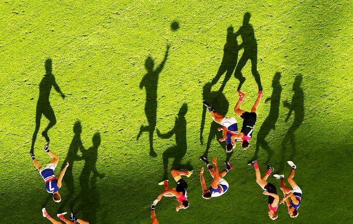 Fraai schaduwspel in Australië bij Melbourne Demons -  Western Bulldogs, een duel uit de Australian rules footballleague.<br />Attentie: De foto werd gedraaid om bovenstaand effect te krijgen.