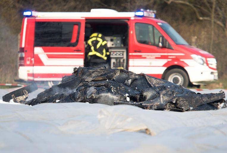 Verbrande wrakstukken van het kleine neergestorte vliegtuig vlakbij Frankfurt.