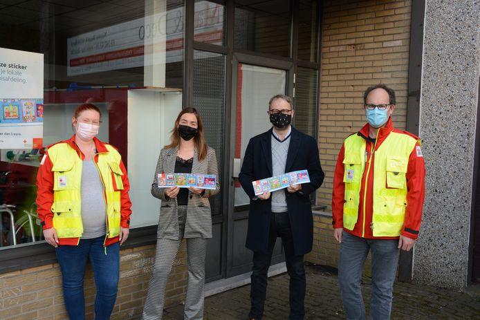 Rode Kruis-voorzitter Tom Hauman en bestuurslid Melissa Van Grevelinge verkochten de eerste stickers aan actrice Dorien Reynaert en burgemeester Dimitri Van Laere.