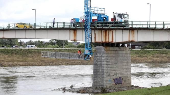 """Inspectie van Pater Sangersbrug stemt burgemeester hoopvol: """"We verwachten dat alle verkeer snel weer over de brug mag"""""""