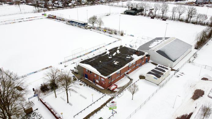Het sportcomplex van USV in Nieuwleusen. Met aan de rechterkant noodunits die al jaren dienen als kleedkamer. De vereniging wilde aan de kant van de fietsenstalling een stuk aanbouwen, maar ziet zich door corona gedwongen een pas op de plaats te maken.