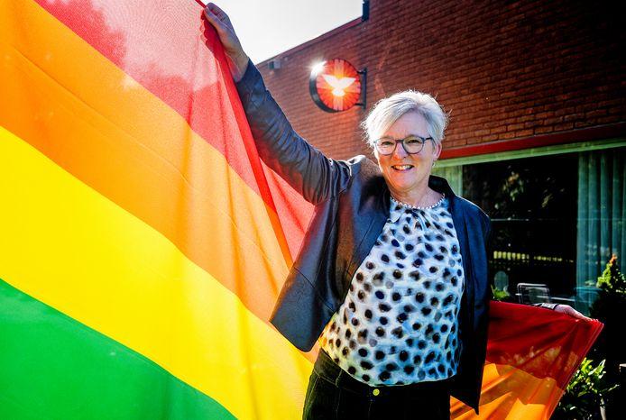Lyonne Verschoor met de regenboogvlag.