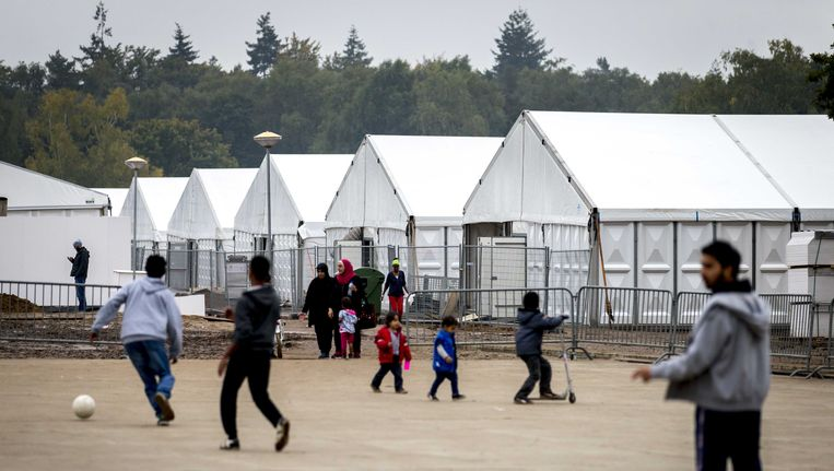 In Heumensoord bij Nijmegen wordt een tentenkamp gebouwd als tijdelijke noodopvanglocatie voor 3000 vluchtelingen. Beeld ANP
