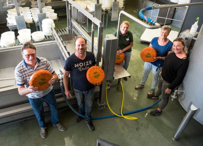 De familie Vlooswijk in hun succesvolle kaasmakerij.