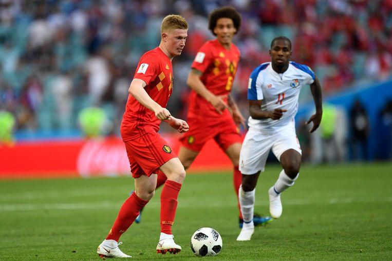 Kevin De Bruyne verdeelt het spel bij de Belgen tegen Panama. Beeld Photo News