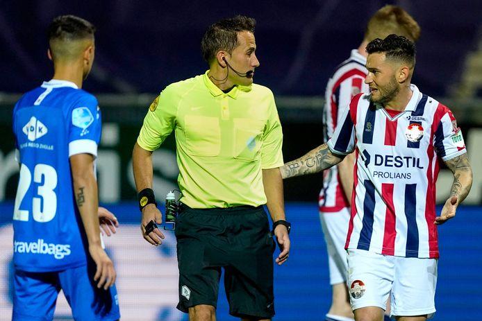 Pol Llonch vraagt Martin Perez uitleg over het afkeuren van de treffer van Willem II nadat hij de beelden heeft geraadpleegd. Links Eliano Reijnders van PEC Zwolle.