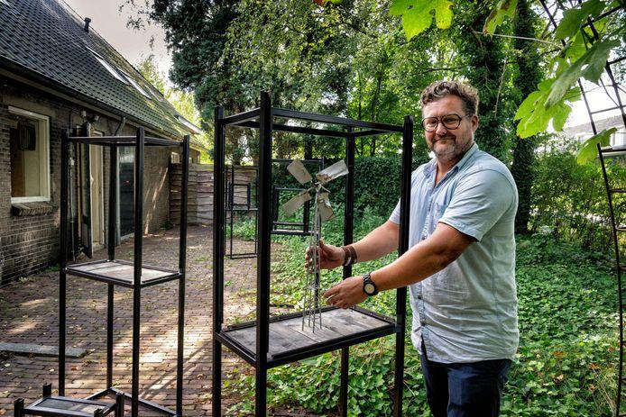 Kunstenaar Matthijs Bosman maakte  een tentoonstelling over 'Gevonden Voorwerpen' bij De Kleine Aarde die vanaf woensdag op verschillende plekken in Boxtel te zien is.