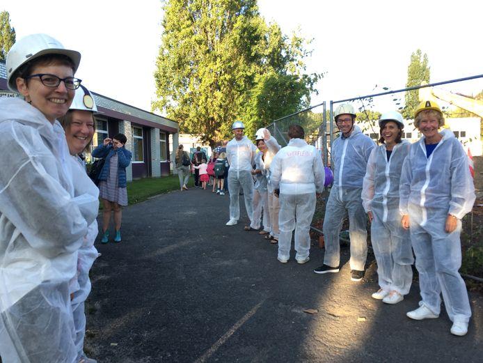 Het lerarenteam van De Wijze Eik, uitgedost als bouwvakkers bij de werf op school.