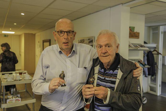 Gerard Koster en Henk Spijkerman met hun trofee. Ze werden zaterdag uitgeroepen tot Beste Buren van Oldenzaal.