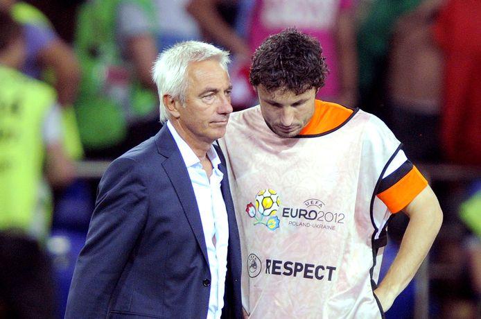Van Marwijk met schoonzoon Mark van Bommel na de nederlaag tegen Portugal op het EK van 2012.