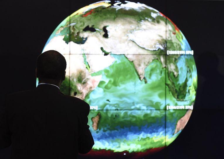 Een bezoeker van de klimaattop in Parijs. Beeld afp