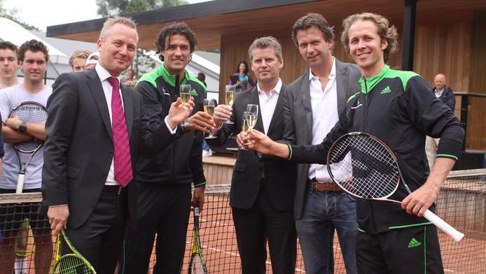 V.l.n.r.: Wethouder Eric van der Burg, John van Lottum, Henk Stokhof, Kornelis Dijkman en Roland Laurense. © Tennis Academy Amsterdam