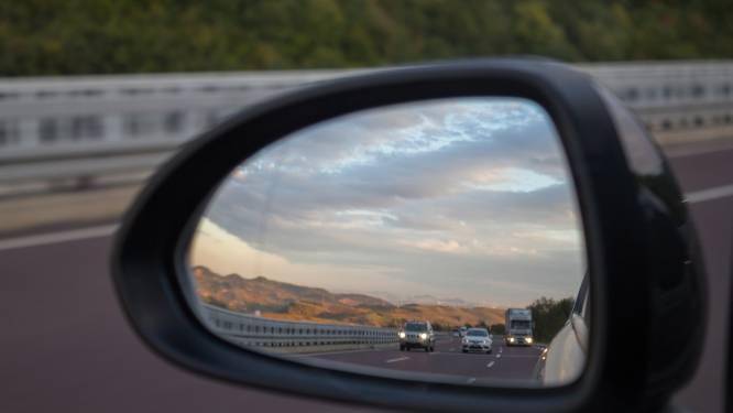 Bestelwagenbestuurder rijdt door na botsing met wielertoerist