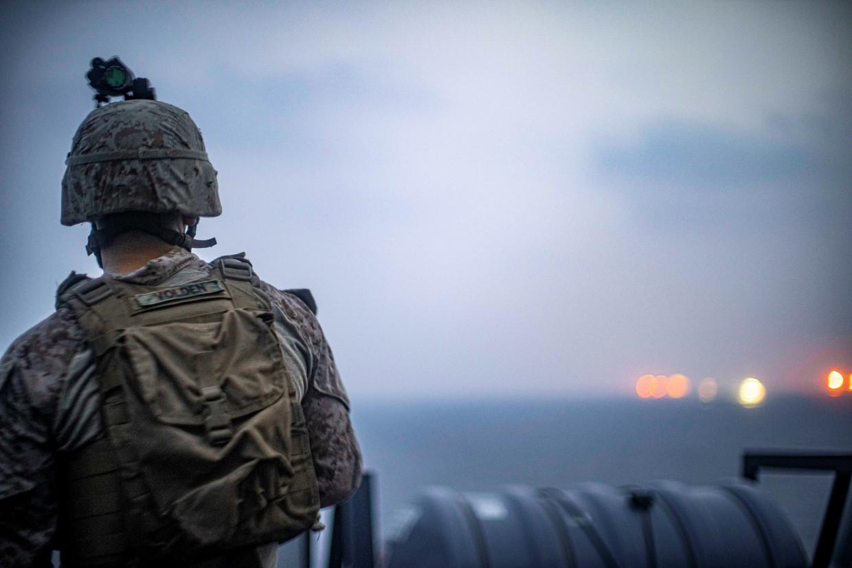 Amerikaanse soldaten aan boord van de USS John P. Murtha op patrouille in de Straat van Hormuz voor de kust van Oman. Beeld REUTERS