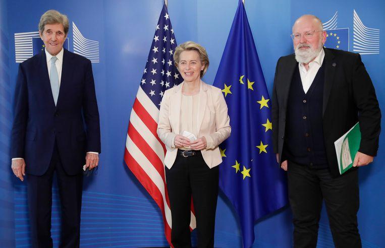 De Amerikaanse klimaatgezant John Kerry (links) was vorige maand in Brussel, waar hij sprak met EU-commissievoorzitter Ursula von der Leyen en vicevoorzitter Frans Timmermans. Beeld AP