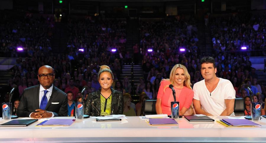 Britney Spears en haar medejuryleden L.A. Reid, Demi Lovato en Simon Cowell. Louis Walsh staat niet op de foto.