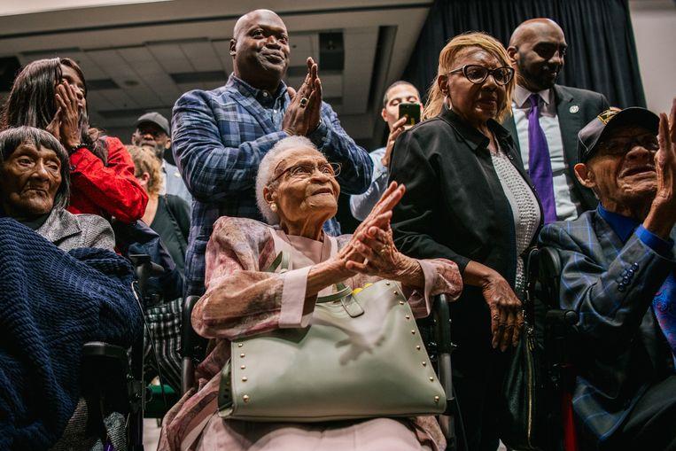 Overlevenden van het bloedblad In Tulsa zingen mee tijdens de herdenking. Beeld Getty Images