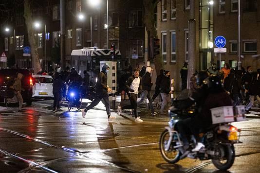 Chaos in de Molukkenstraat in de Indische Buurt in Amsterdam