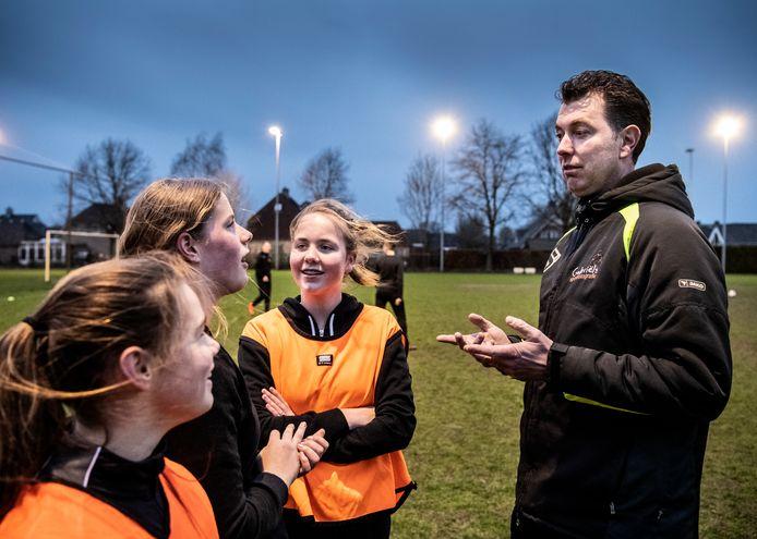 Sportclubs schakelen vaker pedagogische hulp in om beter om te kunnen gaan met kinderen én hun ouders.
