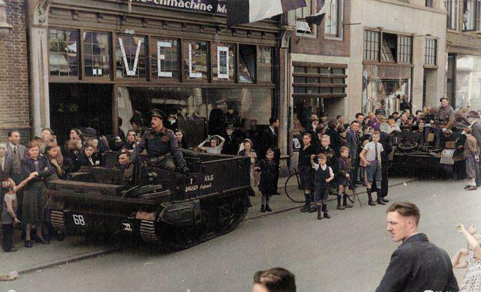 Op 7 mei 1945 rolden de militair voertuigen van de bevrijders de stad binnen. Pantserwagens van het Canadese leger staan in de Langestraat even te wachten voor een kort openhoud.