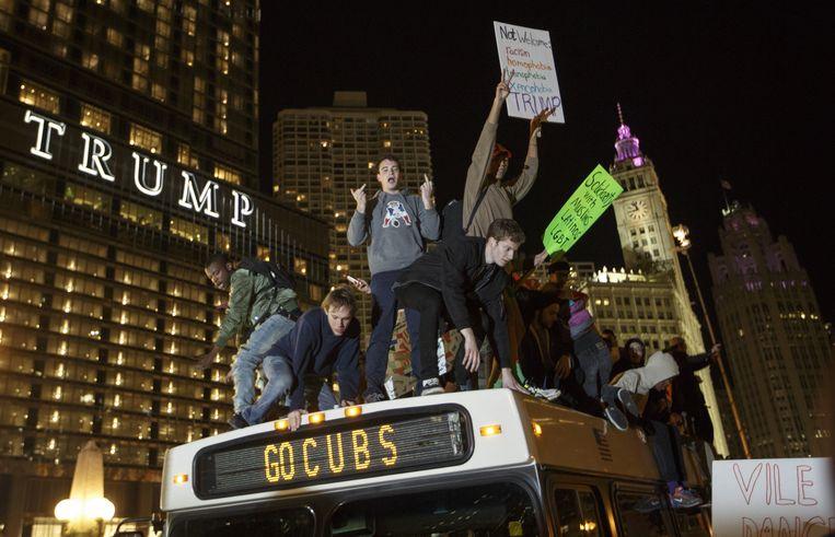 Demonstranten op een bus in Chicago, voor de Trump-toren. Beeld Getty Images
