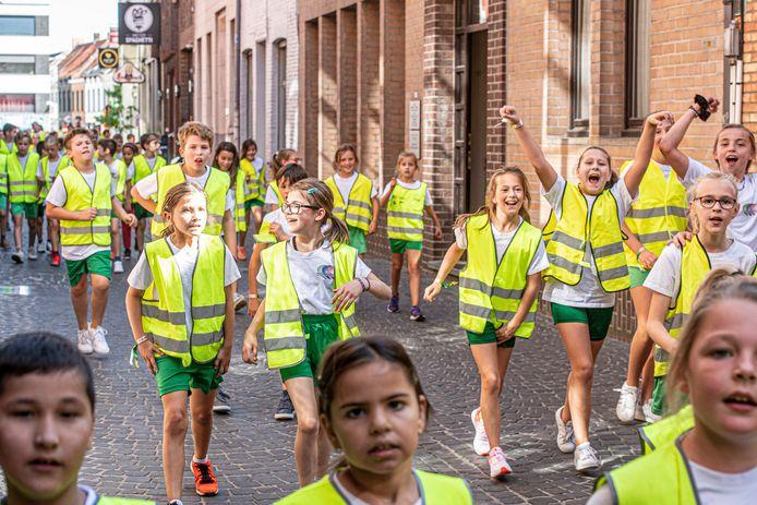 Alle lagereschoolkinderen van de drie vestigingen van Arkorum in Roeselare liepen mee.