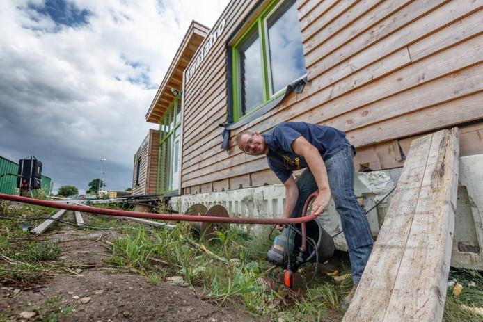 Merlijn Timmers, voorzitter en bouwleider van de scouting Zwalaho is bezig met het leegpompen van de fundering van het nog in aanbouw zijnde scoutinggebouw. Foto Marcel Otterspeer / Pix4Profs