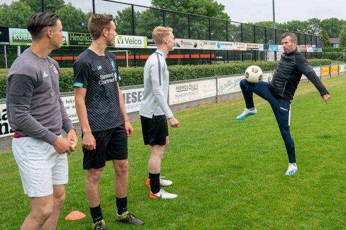 Trainer Gerrit-Jan Barten van SV Angeren, voorafgaand aan de laatste training van het seizoen.
