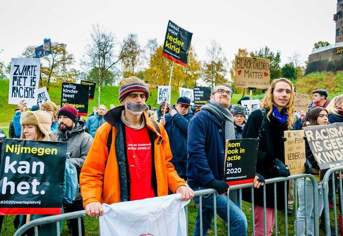 Vorig jaar protesteerden sympathisanten van actieclub Kick Out Zwarte Piet (KOZP) tijdens de intocht van Sinterklaas in Nijmegen.