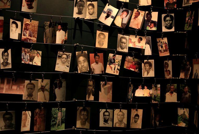 Foto's van overledenen in het Kigali Genocide Memorial Museum. Beeld REUTERS