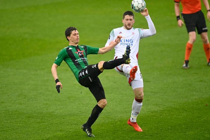 Thomas Henry in duel met Hannes Van der Bruggen. Tegen Cercle Brugge versierde de OHL-spits drie kansen, maar het was telkens 'net niet'.